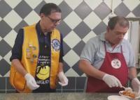 Pranzo alla mensa dei poveri: chef d'eccezione il Governatore Vincenzo Leone